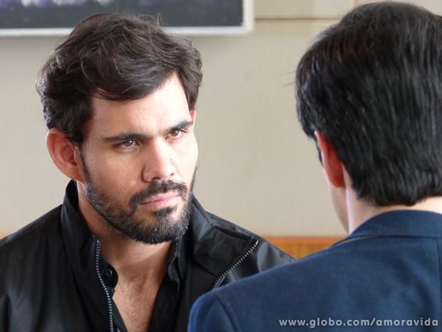 Ninho ameaça Félix para conseguir que o vilão pague sua viagem a Nova York (Foto: Amor à Vida/TV Globo)