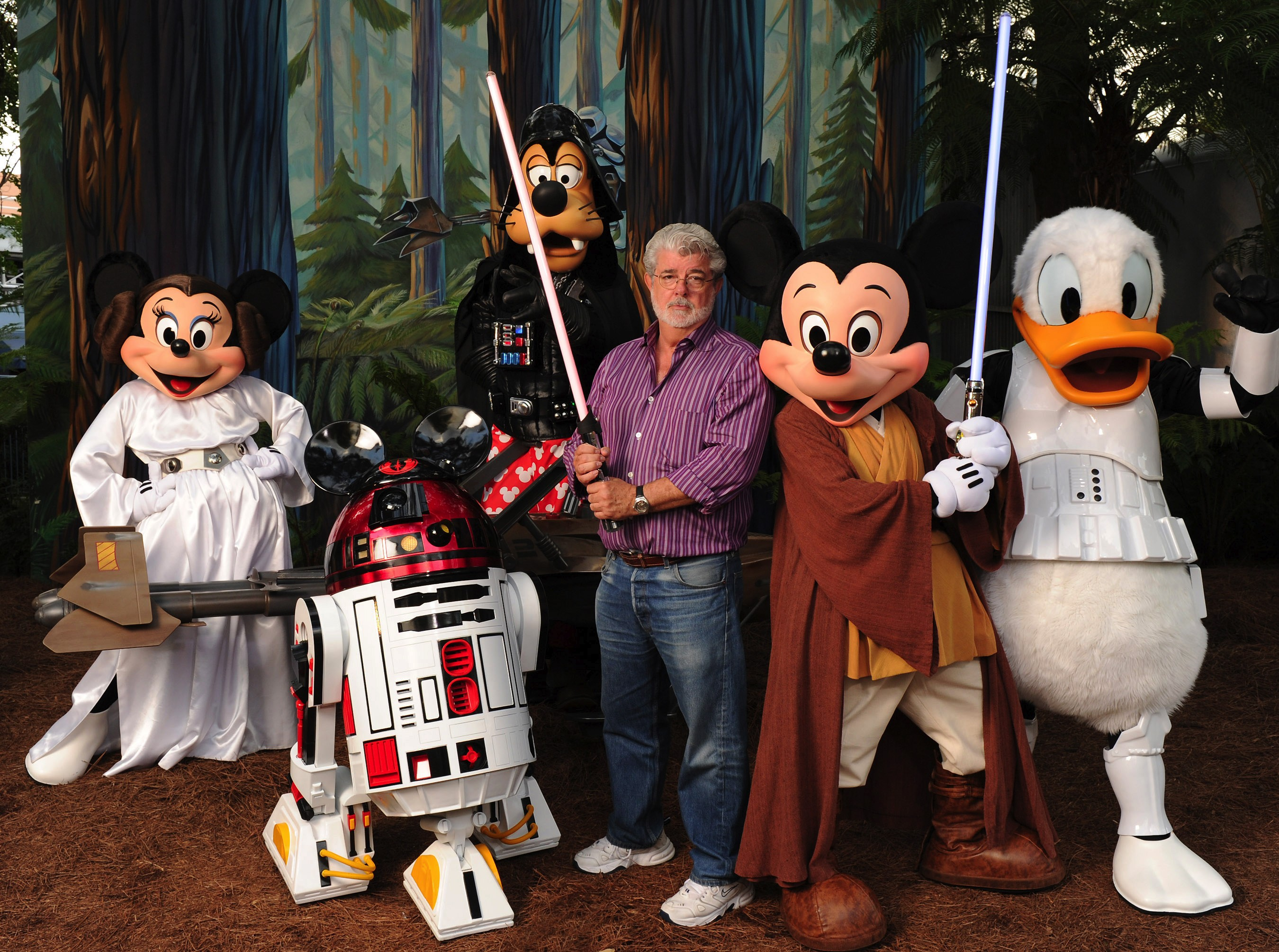 "George Lucas posa com um grupo de ""Star Wars"" Inspirado Personagens Disney no Hollywood Studios da Disney (Foto: Getty Images)"