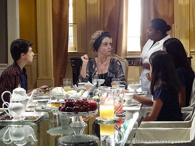 Emília desafia Bárbara na frente das crianças e a patroa fica doida (Foto: Sangue Bom/TV Globo)
