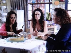 Gina excuta atenta à história de Márcia (Foto: Amor à Vida / TV Globo)
