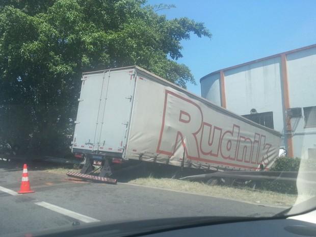 Caminhão quebrou e saiu da pista na Marginal Tietê, no sentido Rodovia Castello Branco (Foto: Rosanne D'Agostino/ G1)