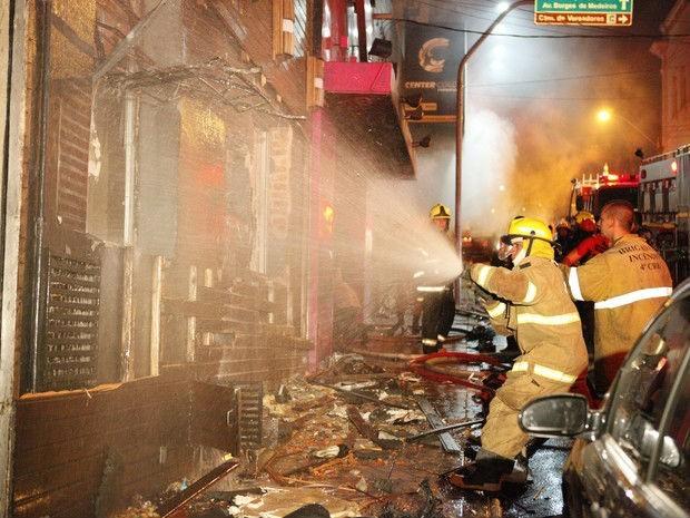 Incêndio ocorreu durante a madrugada de domingo (27), em Santa Maria  (Foto: Germano Roratto/Agência RBS)