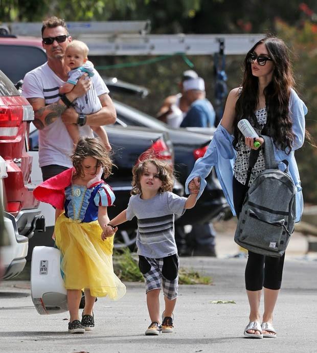 Megan Fox e Brian Austin Green com os três filhos (Foto: AKM-GSI)