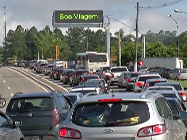 Mogi-Bertioga tem mais de 20 quilômetros de lentidão (Foto: Reprodução/TV Diário)