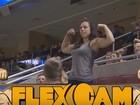 Mulher exibe músculos avantajados e ridiculariza homem em jogo nos EUA