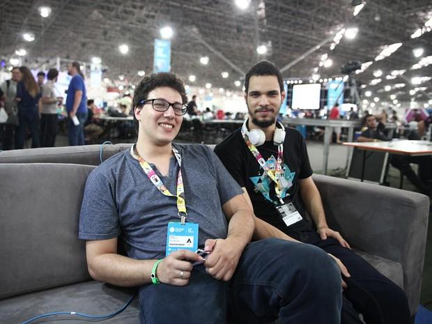 Matheus Santos, de 23 anos, posa com amigo no primeiro dia de Campus Party (Foto: Fabio Tito/G1)