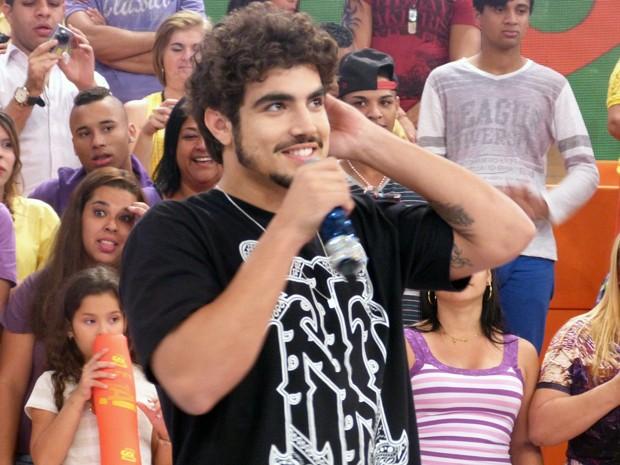 Caio Castro é surpreendido por Regina Casé, que pede ao ator para dançar funk (Foto: Esquenta/TV Globo)