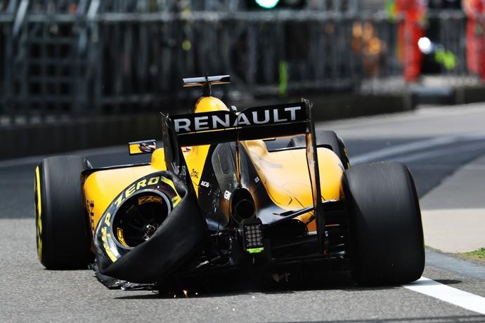 Kevin Magnussen e o pneu estourado no primeiro treino livre do GP da China em 2016 (Foto: Getty Images)