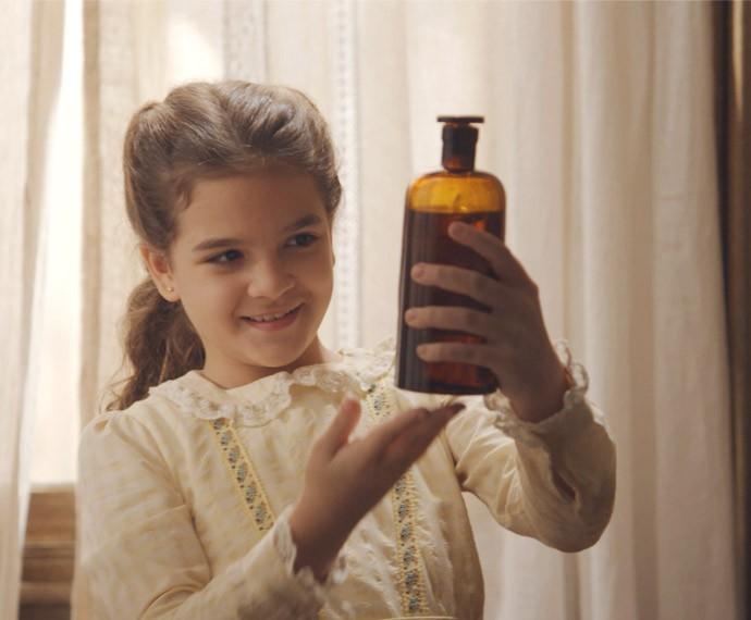 Felícia põe óleo de fígado de bacalhau no banho da irmã! (Foto: TV Globo)