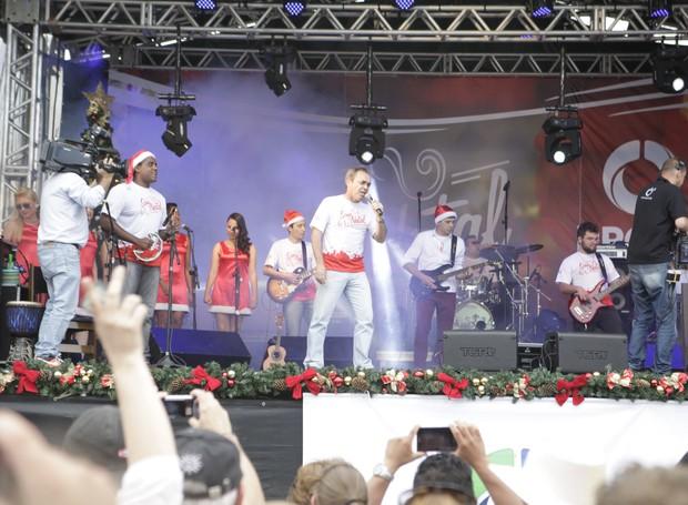 Quem foi ao Som de Natal, conheceu o lado cantor do Sandro Dalpícolo (Foto: Luiz Renato Correa/RPC TV)