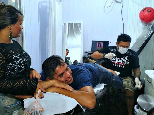 Servidor público escolheu fazer a tatuagem durante Expoacre, em Rio Branco  (Foto: Iryá Rodrigues/G1)