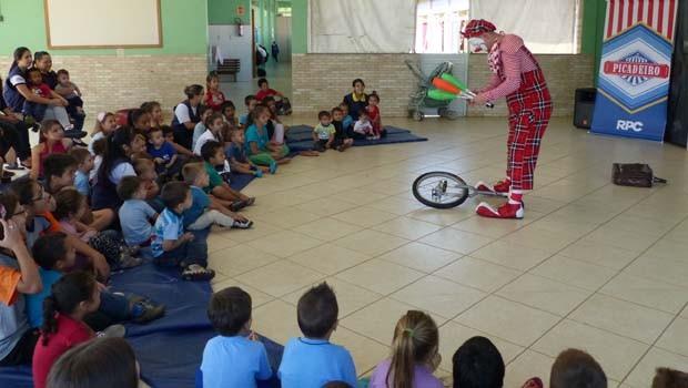No mês de abril, cerca de 350 crianças se divertiram com mágicas e as palhaçadas do Palhaço Picolé (Foto: Divulgação/ RPC)