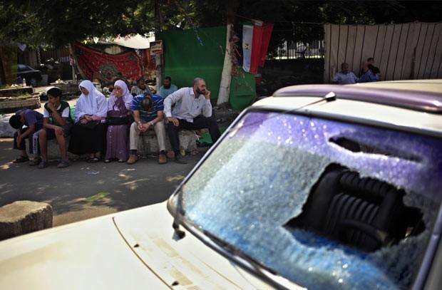 Carro destruído durante confronto nesta terça-feira (23) no Cairo (Foto: AFP)