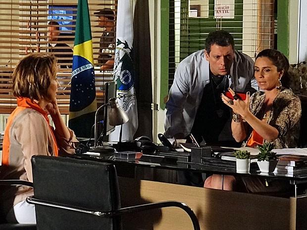 Helô e Barros ficam intrigados com a foto exibida por Rachel (Foto: Salve Jorge/TV Globo)