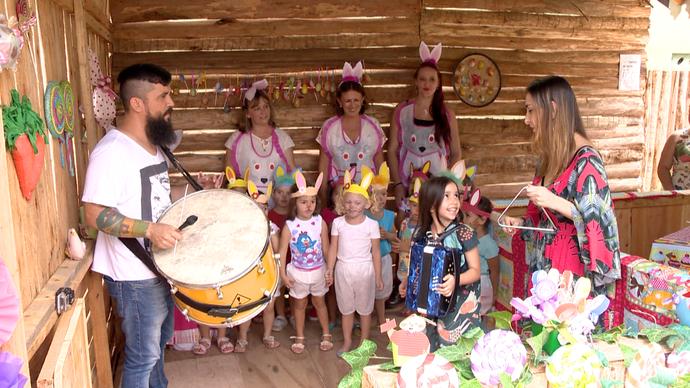 Nina toca sanfona enquanto é acompanhada pelos pais (Foto: Divulgação / TV Gazeta ES)