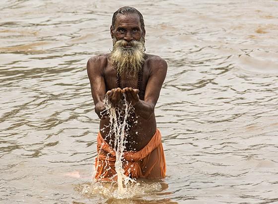 Um sadhu toma seu banho ritualístico no Ganges em Rishikesh  (Foto: © Haroldo Castro/Época)