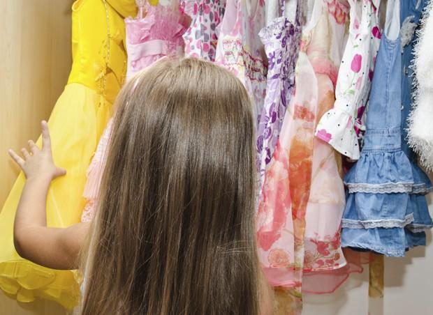 Deixe seu filho decidir pela roupa que quer usar. Essa já é uma forma de dar autonomia a ele (Foto: Thinkstock)