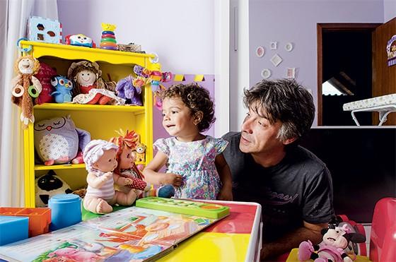 Fabrício Escandiuzi, pai brinca com a filha Luísa (Foto: Caio Cezar/ÉPOCA)