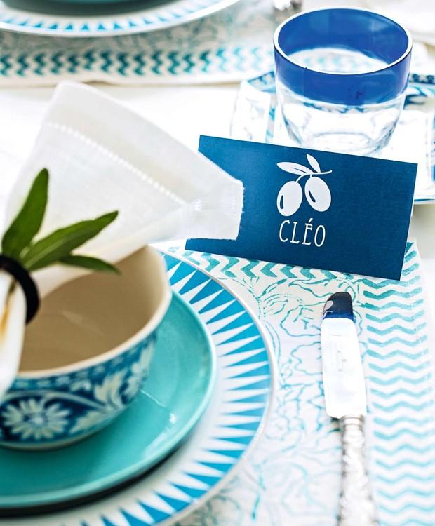Desenho de oliveira no marcador de lugar. Guardanapo e talher Tania Bulhões, copo Acierno (Foto: Elisa Correa/Editora Globo)