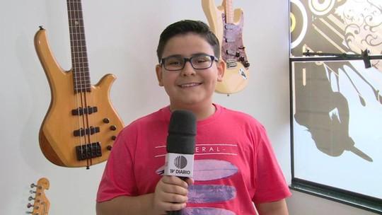 João Vitor Mafra canta música para Carlinhos Brown e brinca: 'Não chora não, hein?'