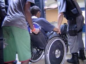 Assaltante é deficiente físico e entrou na loja empurrado por um menor em uma cadeira de rodas (Foto: Reprodução/TV Gazeta)