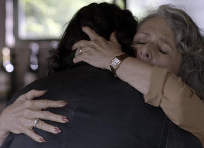 Vitória fica feliz ao saber que Bernardo é filho de Guillermo (Foto: TV Globo)