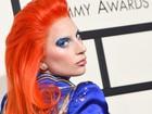 Lady Gaga usa look inspirado em David Bowie e deixa calcinha à mostra