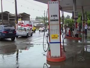 Homem foi baelado durante assalto a posto de combustíveis em Cachoeirinha (RS) (Foto: Reprodução/RBS TV)
