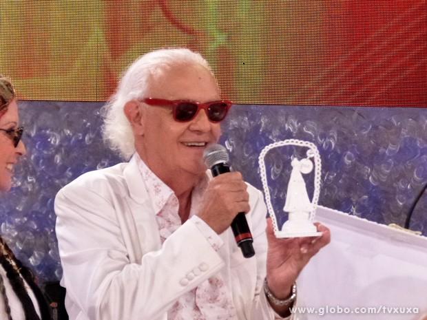 Ney Latorraca ganha mimo de Xuxa (Foto: TV Xuxa / TV Globo)