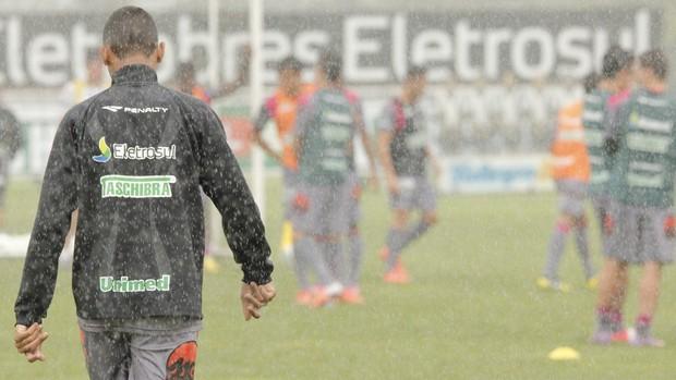 Sob chuva, Fernando Gil comanda treino do Figueirense (Foto: Luiz Henrique / Divulgação FFC)