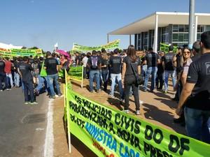 Policiais civis do Distrito Federal se manifestaram em frente ao Superior Tribunal de Justiça, na Praça dos Três Poderes (Foto: Sinpol-DF/Divulgação)