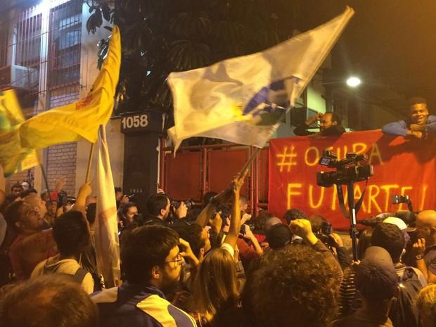 Manifestação contra o governo Temer se reúne em frente à sede ocupada da Funarte (Foto: Paulo Toledo Piza/G1)