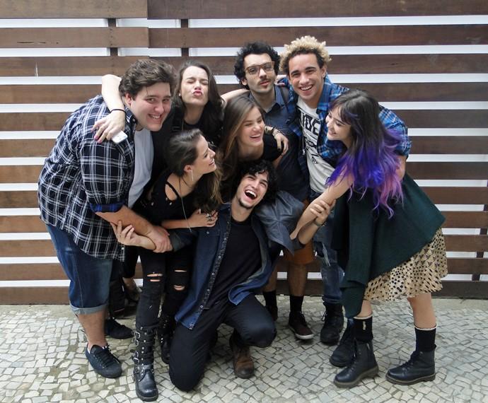 Camila Queiroz, Agatha Moreira e elenco no último dia de gravação na escola da trama (Foto: Fabio Rosso/ Gshow)