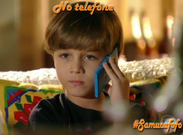 Samuca no telefone (Foto: Flor do Caribe/TV Globo)