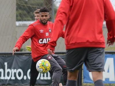 Lateral-direito Léo Atlético-PR (Foto: Site oficial do Atlético-PR/Marco Oliveira)