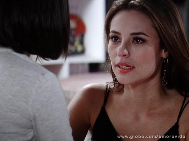 Paloma conta para Paulinha que novo DNA deu negativo (Foto: Amor à Vida / TV Globo)