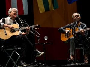 Caetano Veloso e Gilberto Gil tocam e cantam juntos no 1º de três shows no Citibank Hall SP, na Zona Sul de São Paulo, na noite de quinta-feira (20). A turnê batizada de 'Dois Amigos, Um Século de Música' celebra os 50 anos de carreira de cada um (Foto: Marcelo Brandt/G1)