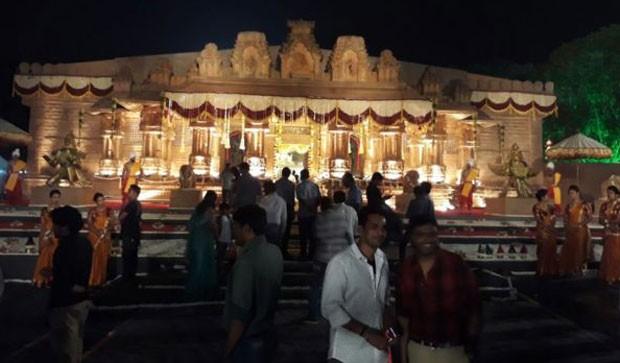 Quatro diretores de Bollywood foram contratados para cuidar dos detalhes dos cenários (Foto: BBC/Janardhana Reddy Family)