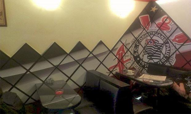 Revestimento especial para a parede custou cerca de US$ 2 mil (Foto: Reprodução/Facebook/Caffe Bar Corinthians)