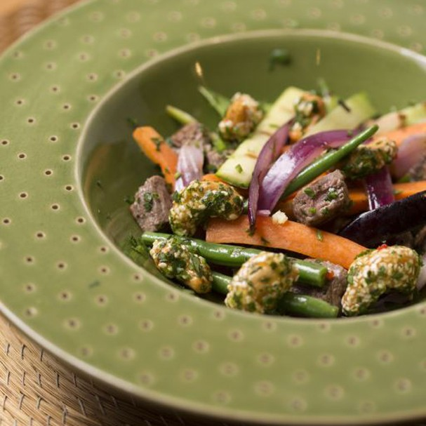 Mignon salteado com legumes e castanha de caju caramelizada com gergelim é uma delícia. Aprenda!