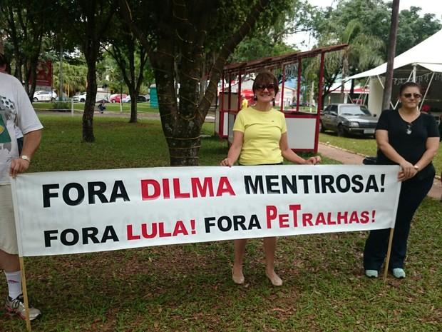 Manifestantes se concentraram na praça Portugal em Bauru (Foto: Paola Patriarca/G1)