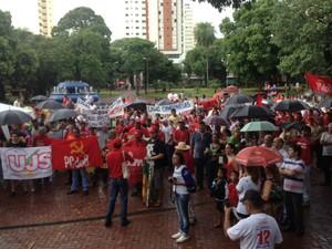Sindicalitas se reuniram na praça Ary Coelho para manifestar em prol da Dilma (Foto: Graziela Rezende/G1 MS)