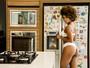 Ivi Pizzott provoca em ensaio sensual de calcinha e sutiã em cozinha
