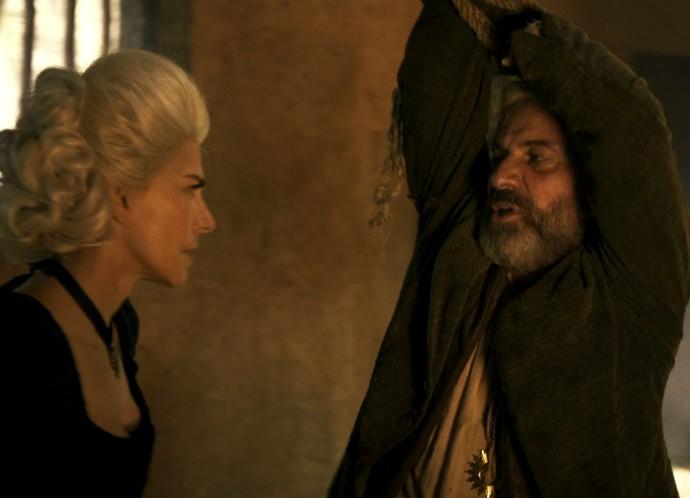 Dionísia acusa Mão de Luva de ter deixado navalha de Terenciano em seu quarto (Foto: TV Globo)