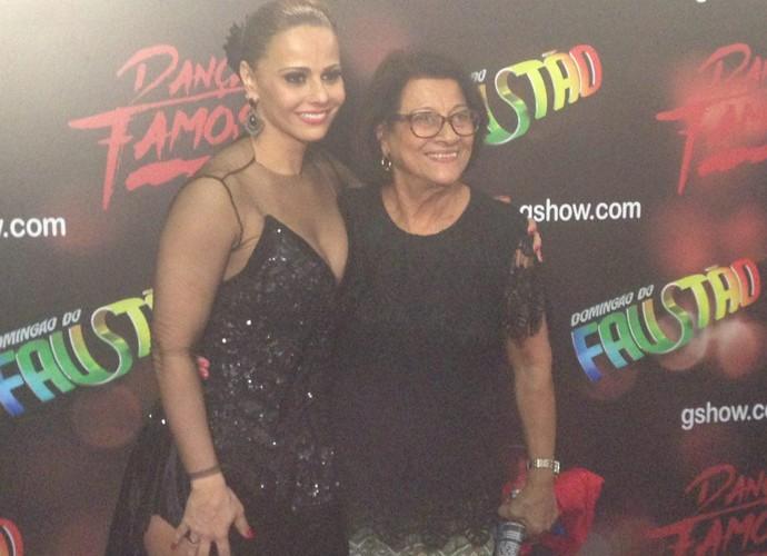 Viviane Araújo com a mãe, dona Neusa (Foto: Fernanda Frozza / Gshow)