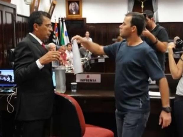 Presidente da Câmara pediu para guarda retirar morador que ofereceu copo de água (Foto: Reprodução / Staff News)