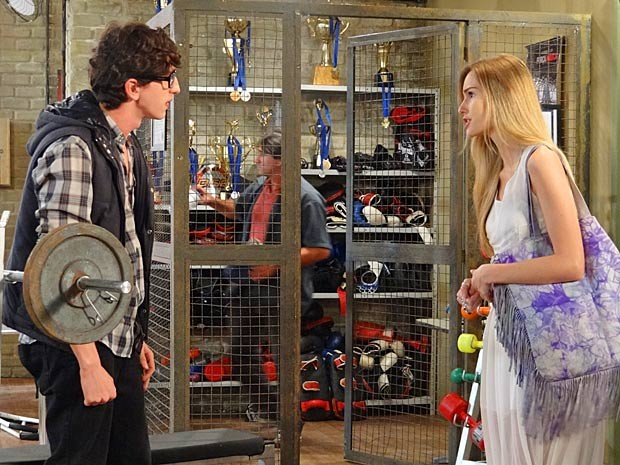 Analú dá uma de fofoqueira e conta a Kiko sobre o interesse de Roberta em Nando (Foto: Guerra dos Sexos / TV Globo)