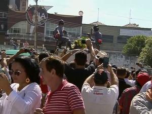 Fãs se despedem do cantor José Rico em Americana, SP (Foto: Reprodução TV Globo)