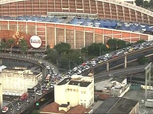 Acidente causa engarrafamento na região do Elevado Rufino Pizarro. (Foto: Reprodução/ TV Globo)