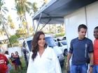 Maquiada e de roupão, Ivete chega na Praia do Forte para show